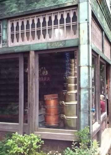 DJ LOVEさんが立ち止まる後ろに映る鍋のタワー.jpg